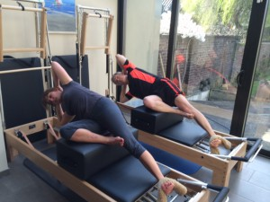 Pilates oefening op Reformer: short box series - side sit-up